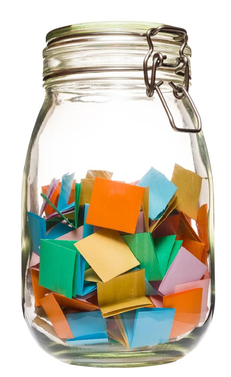 Pot de verre avec papiers de couleur